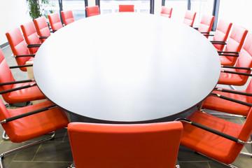 Konferenzraum mit ovalem Tisch
