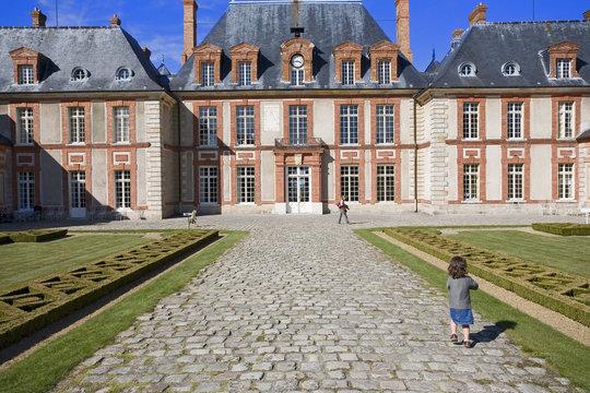 france,île de france, chateau de breteuil : petite fille, pavés
