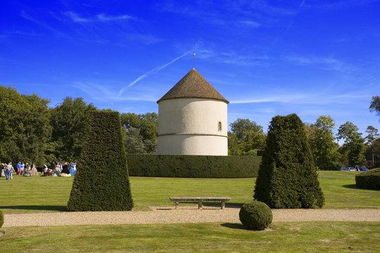 france,île de france, chateau de breteuil : pigeonnier