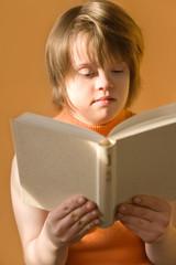 jeune fille trisomique en train de lire