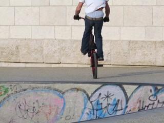 équilibriste en BMX