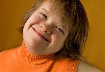 large sourire d'une jeune fille trisomique