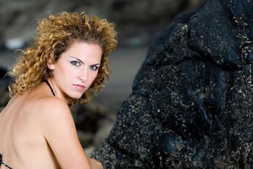 Chica en las rocas