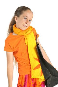 Jeune fille fait du shopping