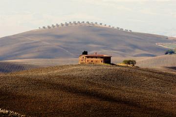 Bauernhaus in typischer toskanischer Hügellandschaft