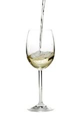 Weißwein in einem Glas auf einem weißen Hintergrund