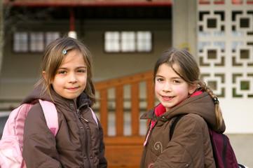 fillettes allant à l'école