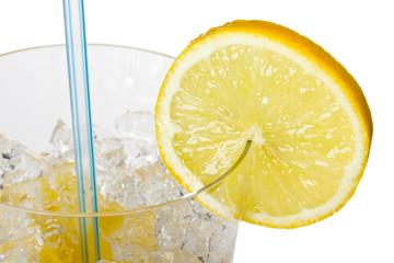 Glas Orangensaft mit Zitronenscheibe und Strohhalm