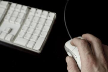 mann bedient mit maus computer