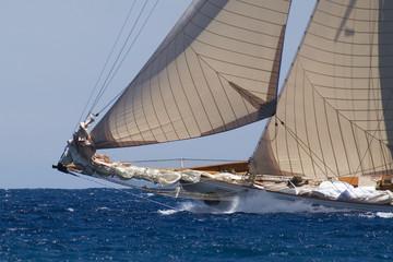Bug einer großen klassischen Yacht in voller Fahrt
