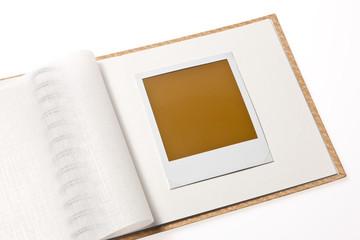 Isoliertes leeres Polaroid Foto in Fotoalbum