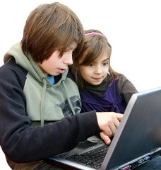 frère et soeur sur l'ordinateur