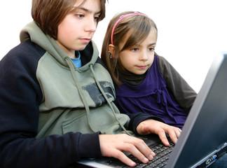 frère et soeur sur l'ordinateur portable