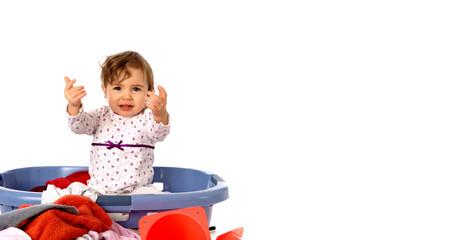 kleinkind mit wäschekorb