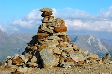 aufgetürmte Steine in den Alpen