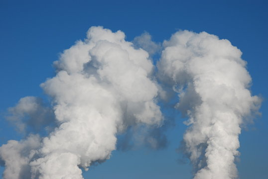 Wolken eines Kraftwerkes