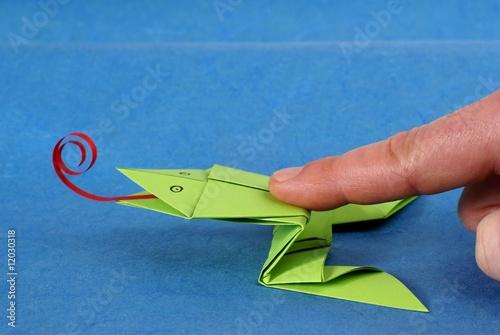 origami grenouille sauteuse photo libre de droits sur. Black Bedroom Furniture Sets. Home Design Ideas