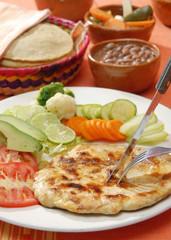 Pechuga de pollo a la plancha con ensalada y frijoles. México