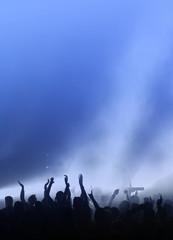Konzert oder Party in blauem Licht mit freier Fläche