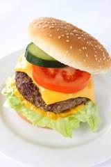 Hamburger mit Käse, Tomate, Salat und Gurke