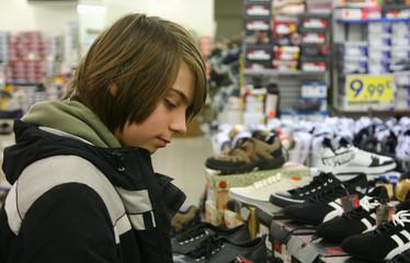 adolescent choisissant des chaussures