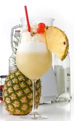 Pina Colada vor Mixer, Flasche und Ananas