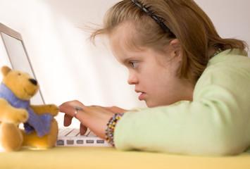 jeune fille trisomique à l'ordinateur
