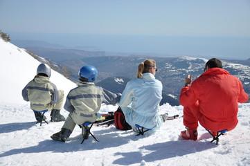 déjeuner en famille sur les pistes de ski