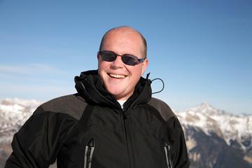 Homme heureux à la montagne en hiver