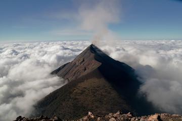 Über den Volken... rauchender Vulkan Fuego in Guatemala