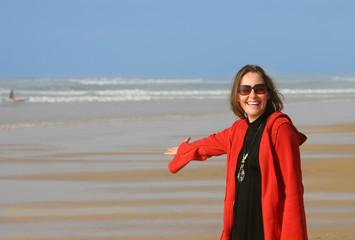 femme présentant l'océan