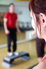 steppen im fitnessstudio