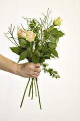 Mann verschenkt Blumen