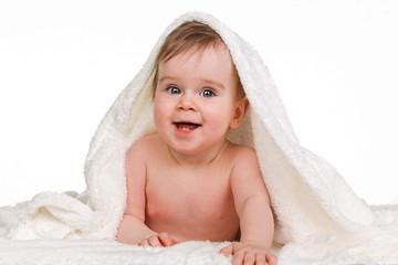 Kleines staunendes  Kind Baby in Decke