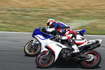 motociclisti in sorpasso