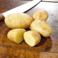 Kartoffeln auf Küchentisch