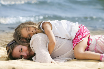 allongée sur le dos de maman