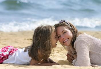 câlin maman sur la plage