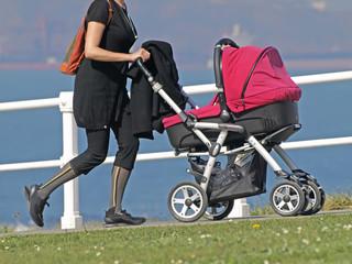 Madre con cochecito bebé