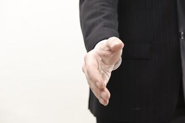 geschäftsmann streckt hand zum einschlagen  aus