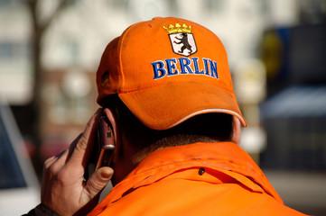 stadtreiniger telefoniert mit handy
