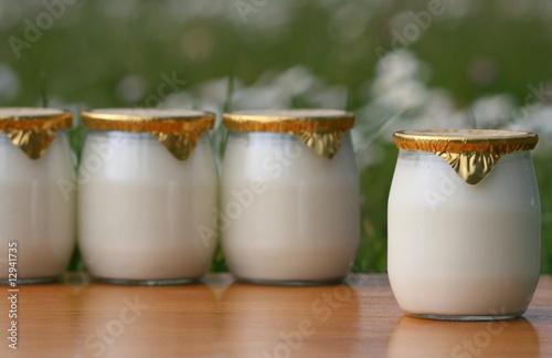 milk lait yaourt bouteille pot verre frais fraicheur cr me photo libre de droits sur la. Black Bedroom Furniture Sets. Home Design Ideas