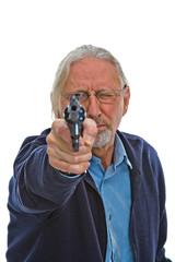 Alter Mann zielt mit einem Revolver