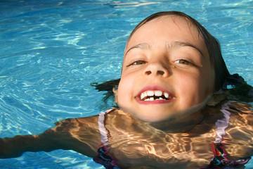 fillette heureuse dans l'eau