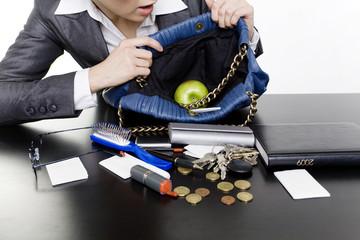 frau sucht in handtasche