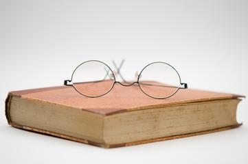 Lesebrille auf altem Buch
