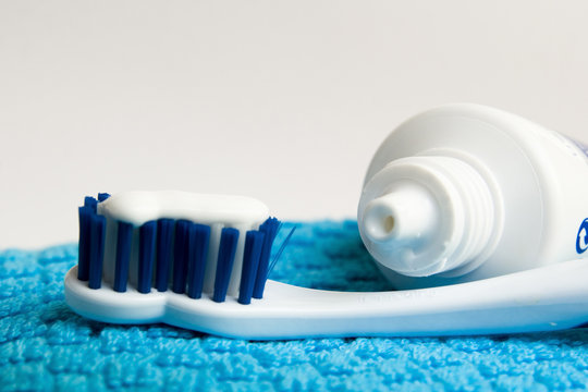 cepillo de dientes y crema