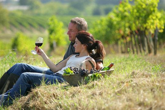 homme et femme avec verre de vin