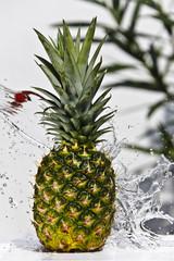 Ananas mit Wasser