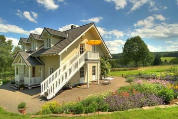 Landhaus mit Staudenbeet